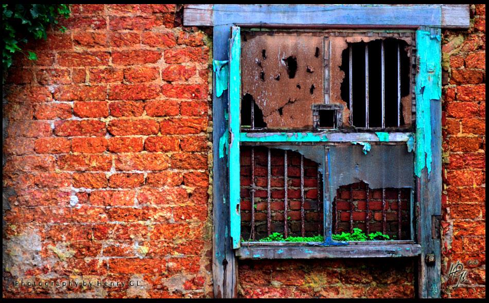 HGL-Creepy-window